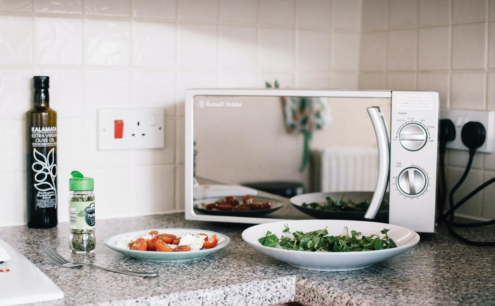 Ahorra espacio en tu cocina con los mejores microondas pequeños del mercado