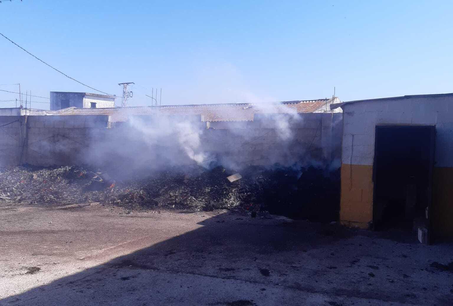 Mueren tres perros en el incendio de una nave en Jerez