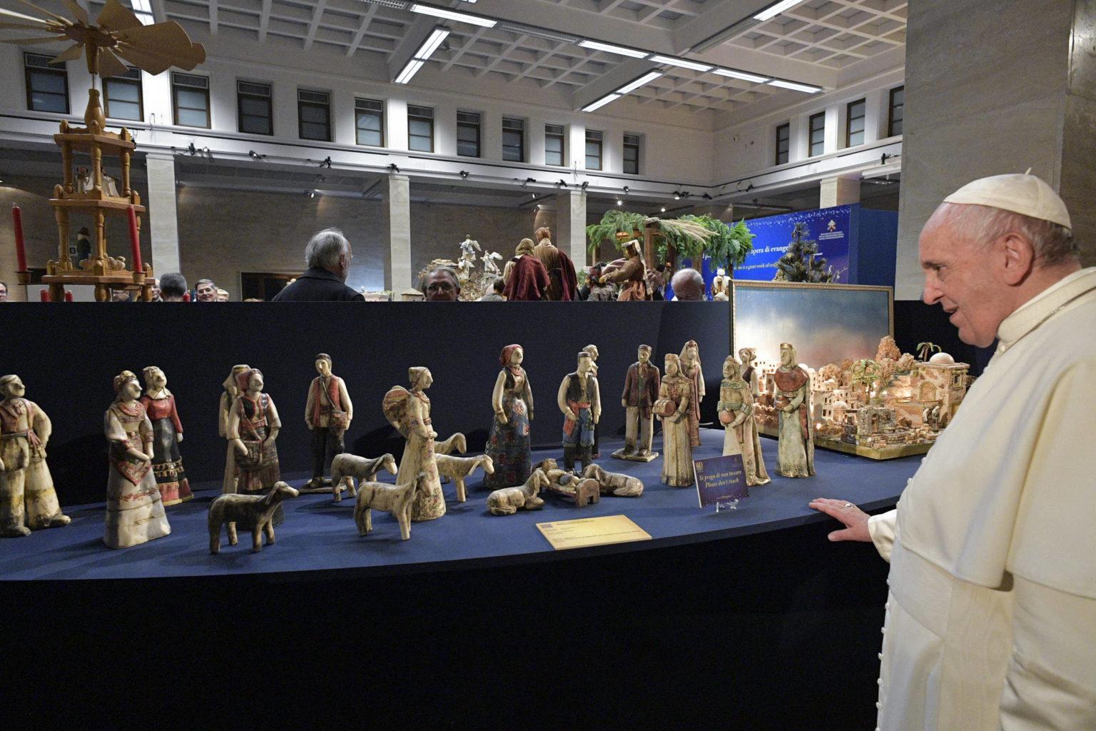 El Papa visita la muestra de Nacimientos del Vaticano