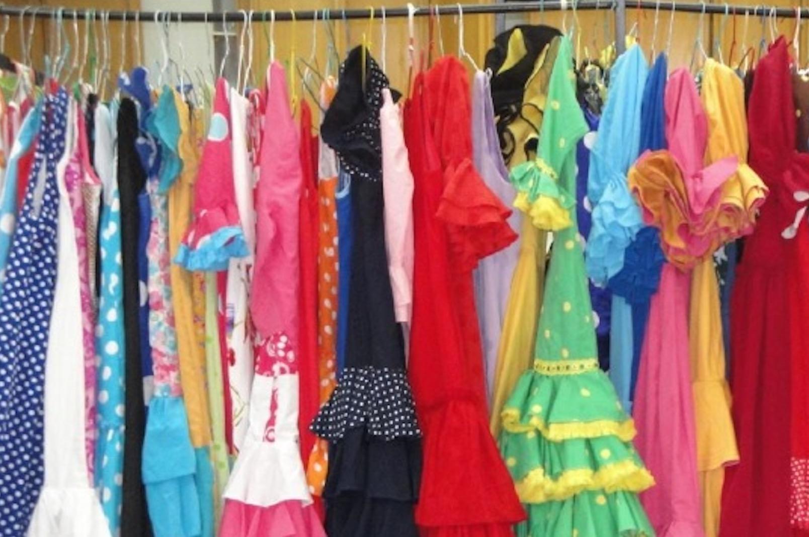 Madre Coraje abre una exposición de trajes de flamenca y complementos de segunda mano