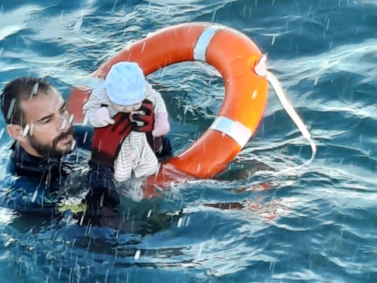 El submarinista jerezano Juan Francisco Valle rescata a un bebé del agua en Ceuta y se viraliza