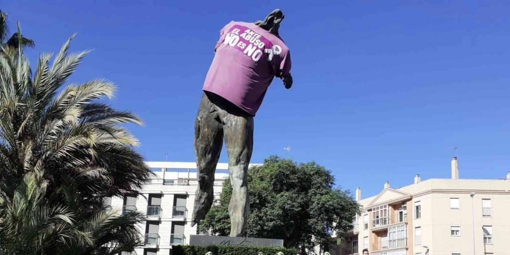 El Ayuntamiento viste al Minotauro de violeta para evitar abusos sexuales hacia mujeres