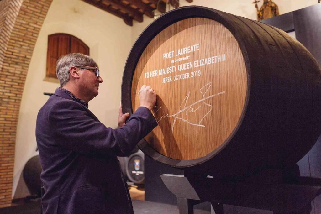 Una bota de vino de Jerez para el nuevo Poeta Laureado nombrado por la Reina de Inglaterra