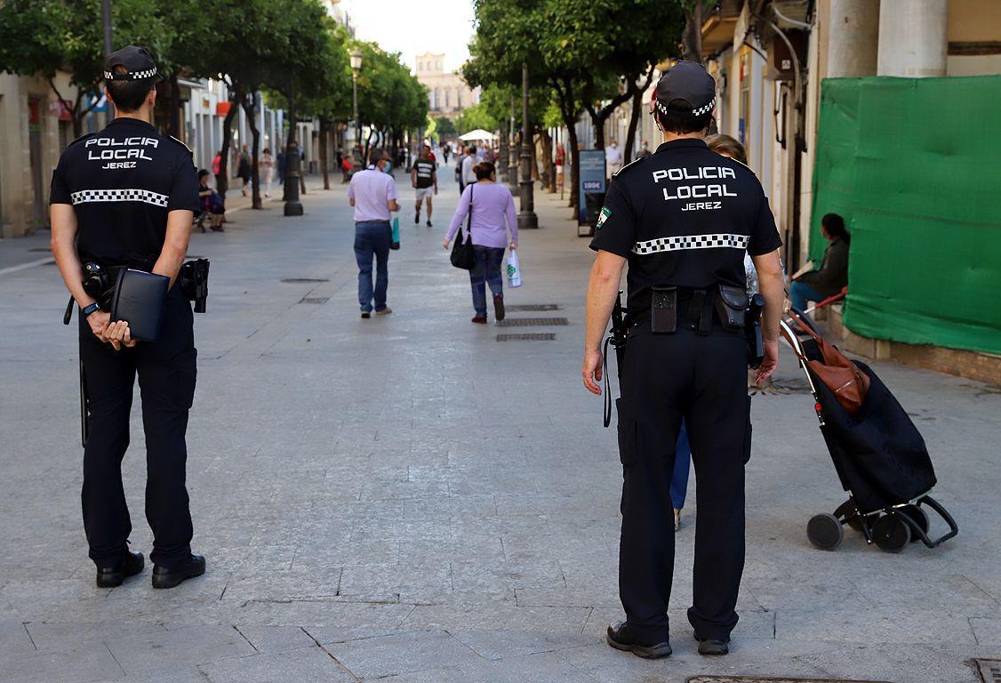 La Policía Local de Jerez asiste a una anciana que se encontraba en el suelo de su baño sin poder levantarse