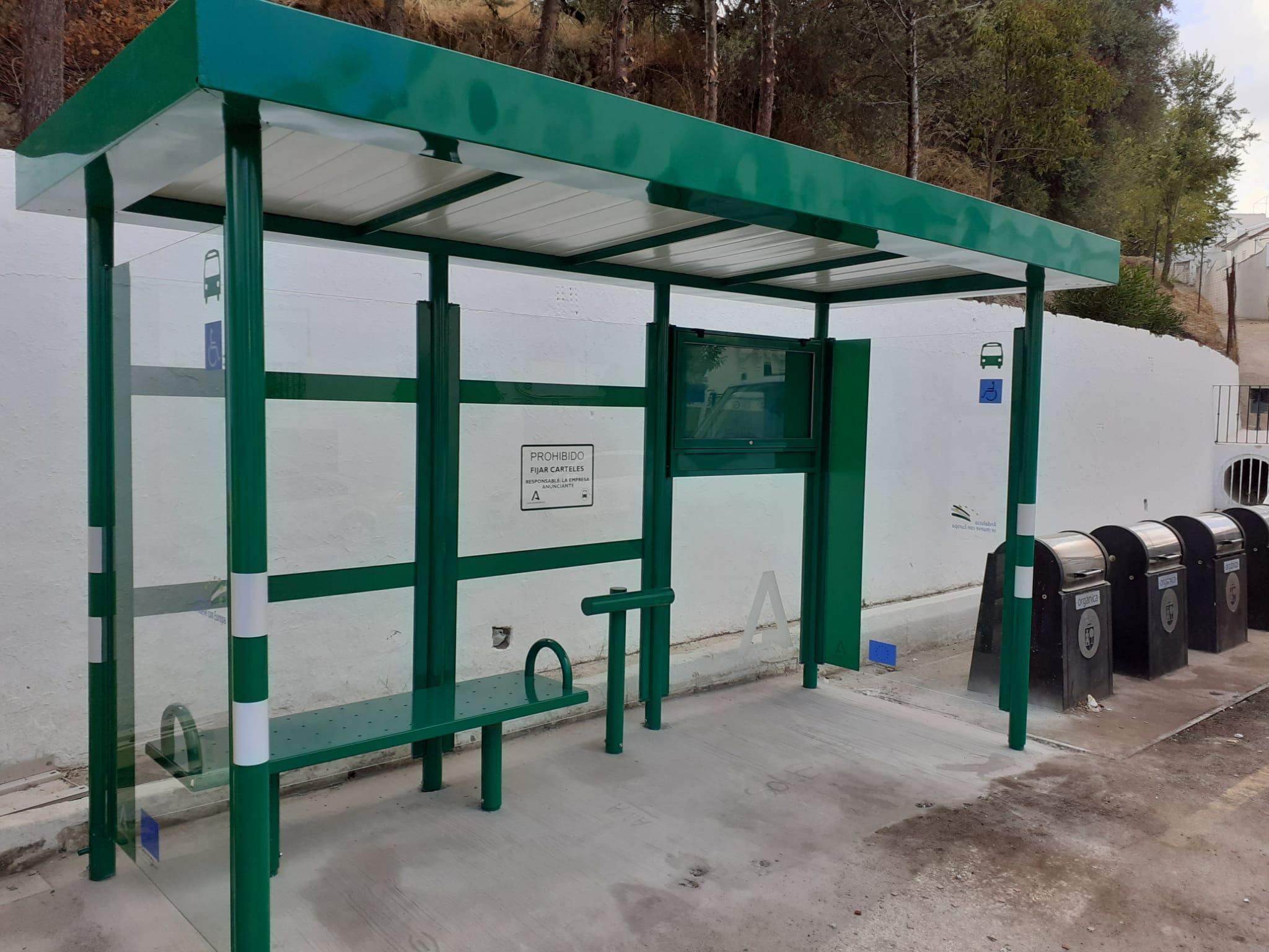 La Junta instala nuevas marquesinas de autobuses en la provincia