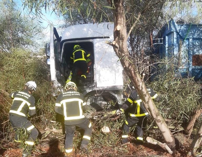 Trasladado al hospital el conductor de un camión tras salirse de la autopista en Jerez