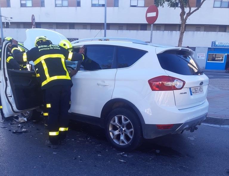 Rescatada una mujer y trasladada al hospital tras un accidente de coche en Jerez