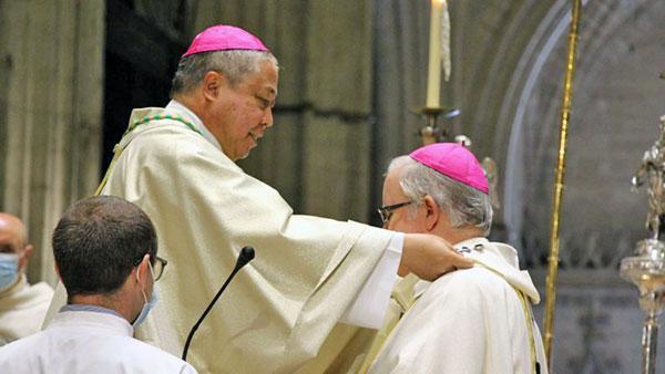 El nuncio impone el palio arzobispal a monseñor Saiz Meneses